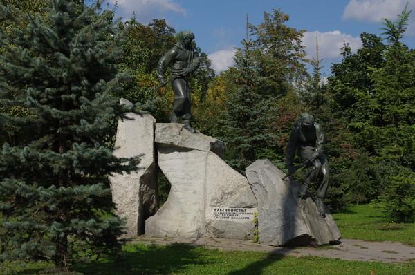 Скульптурная группа «Альпинист и альпинистка». Скульптор - Евгений Михайлович Абалаков