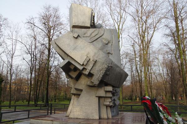 Памятник погибшим на стадионах мира воздвигнут недалеко от трибуны «В» стадиона в Лужниках