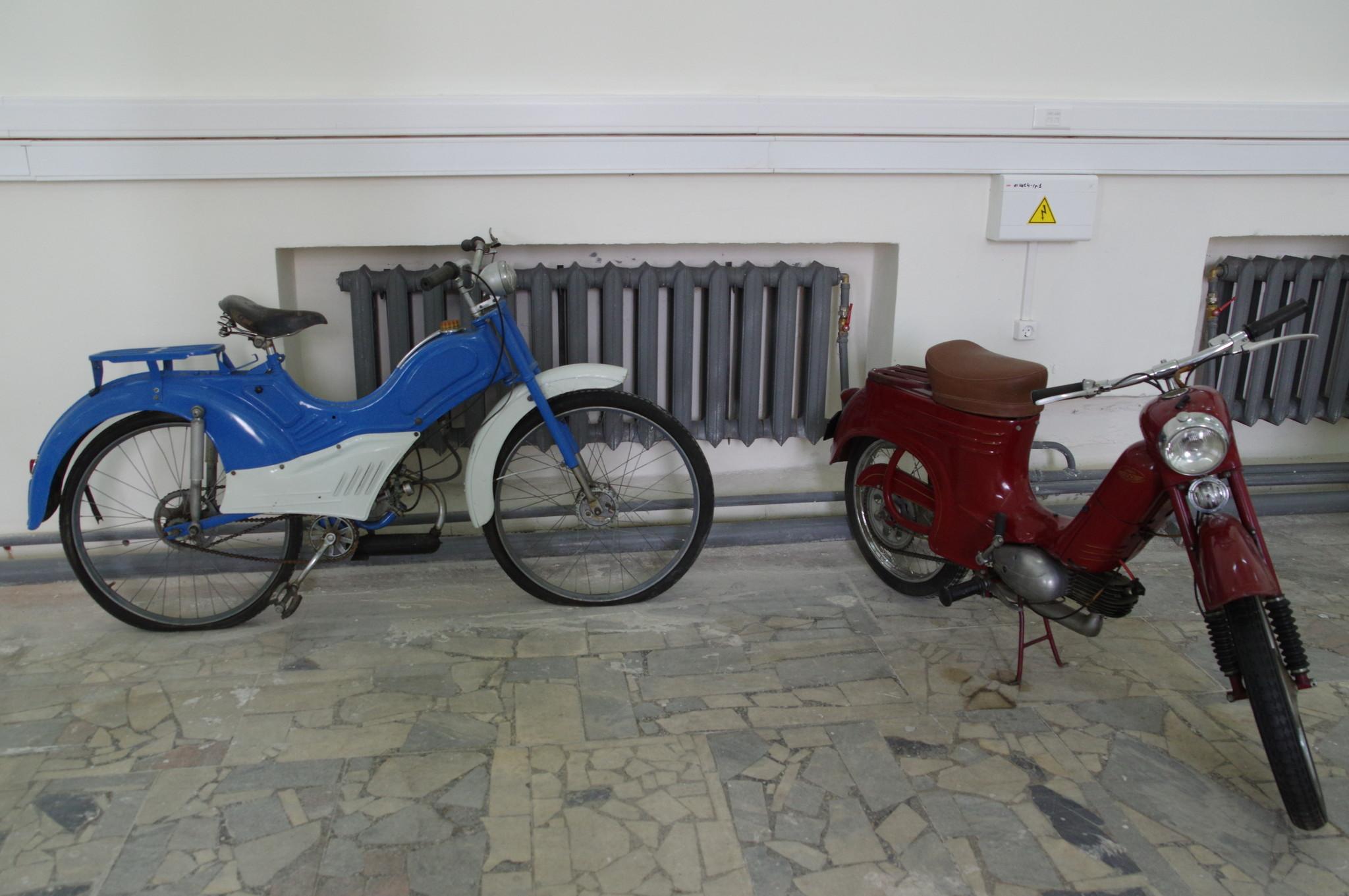 Мопеды на выставке «Машины нашего двора» в Павильоне № 2 ВДНХ