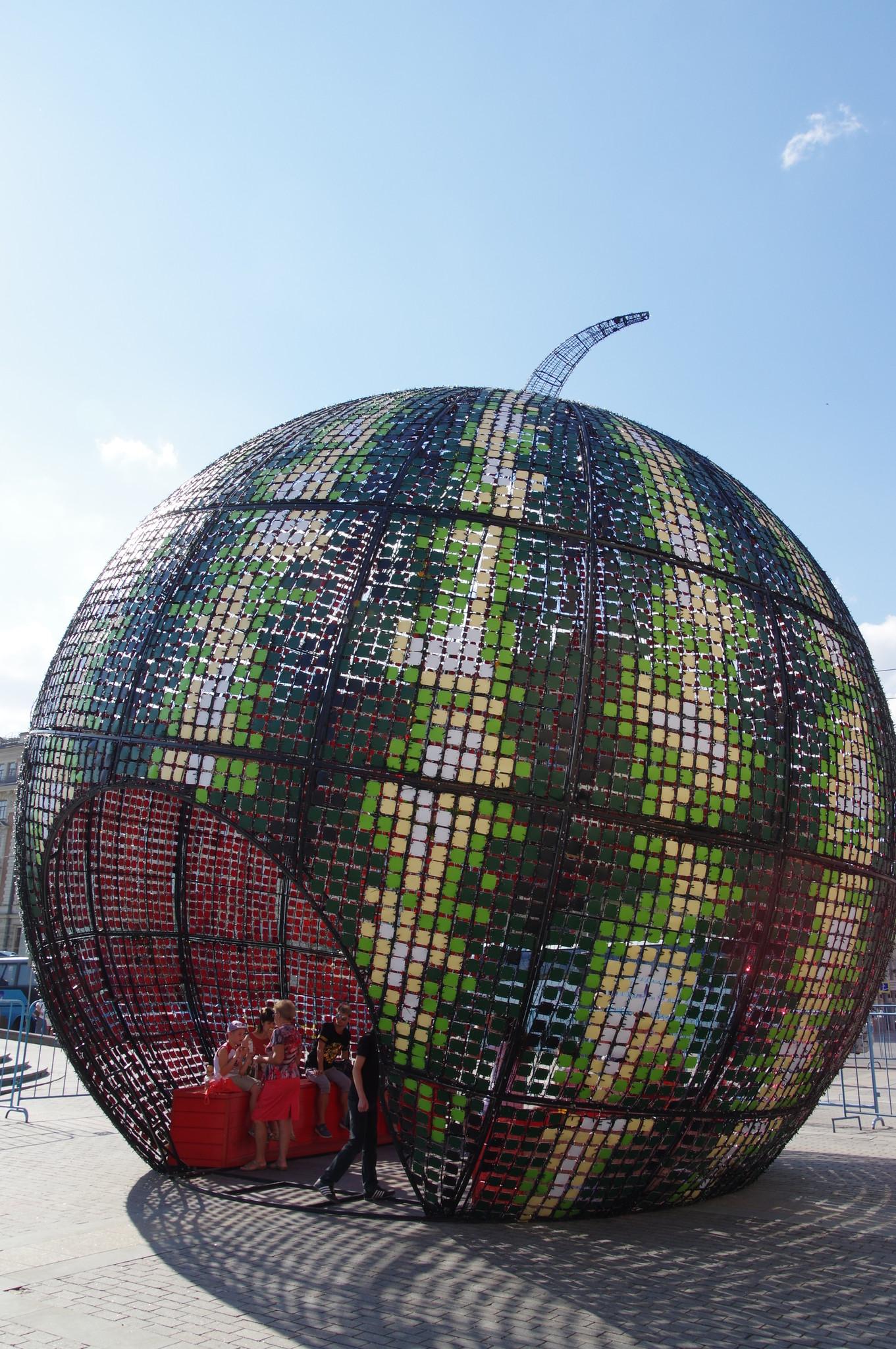 Манежку украсил 11-метровый арбуз