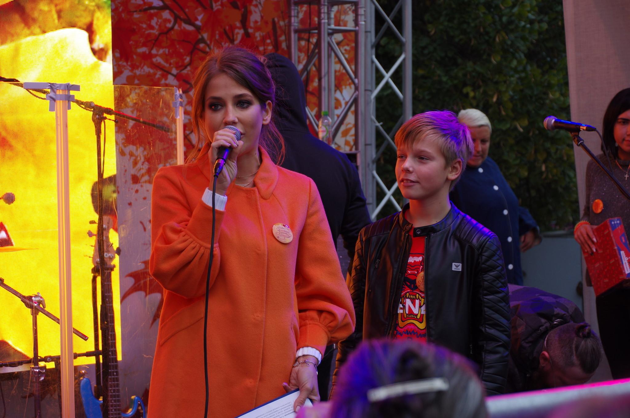 Телеведущая Юлия Барановская ведёт концерт на площади Революции
