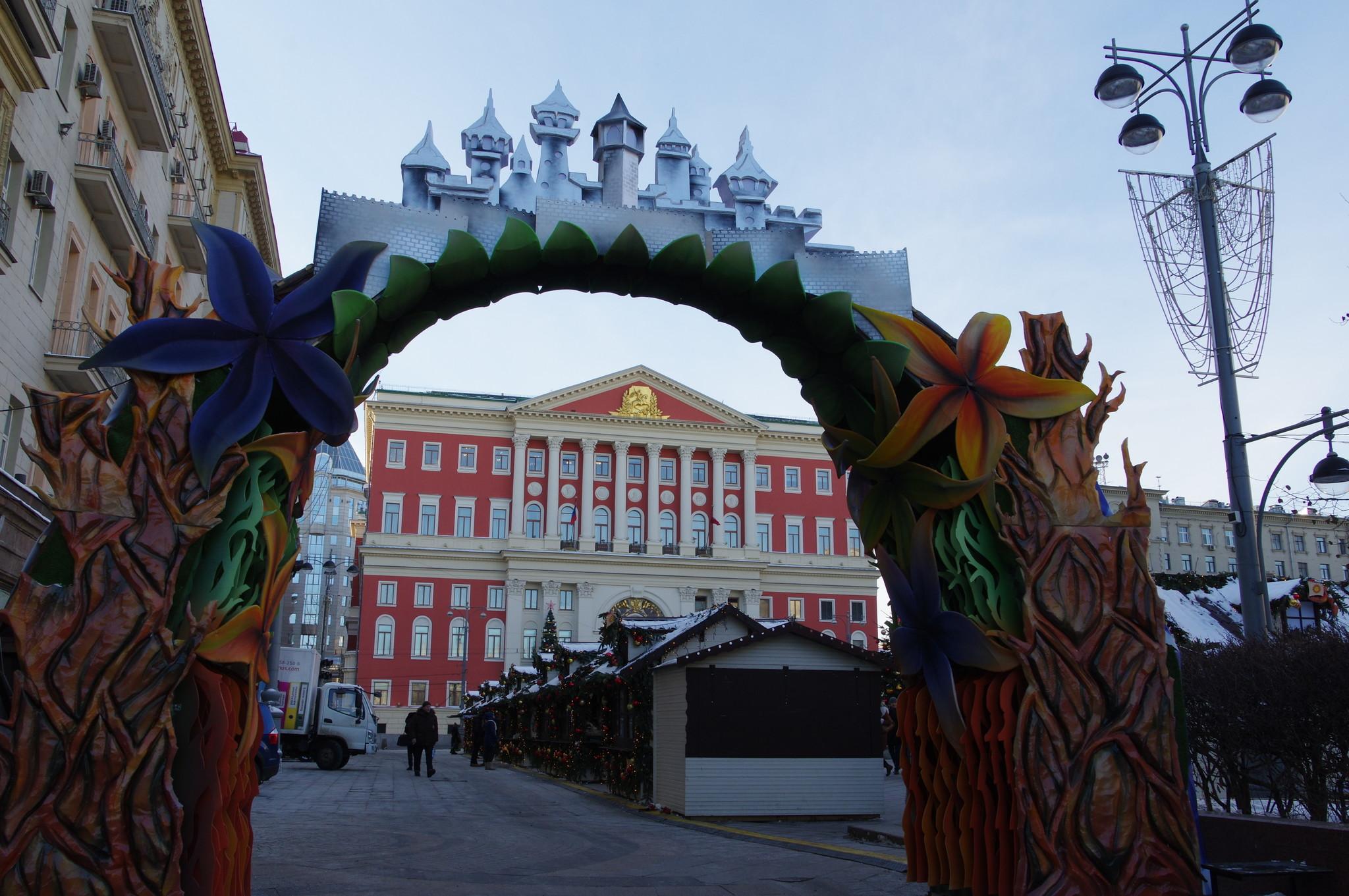 У Мэрии Москвы (Тверская улица, дом 13)