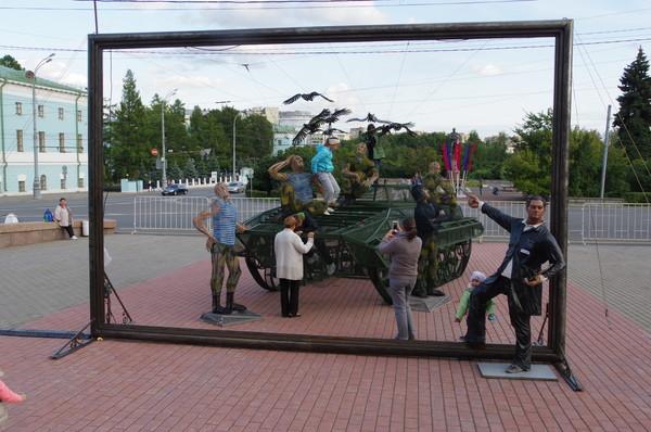 Художник-грековец пишет картину о воинах-десантниках перед зданием Центрального академического театра Российской армии
