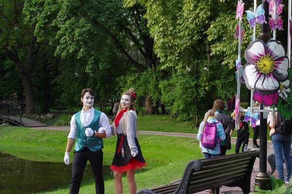 В Екатерининском парке атмосферу создают артисты-мимы