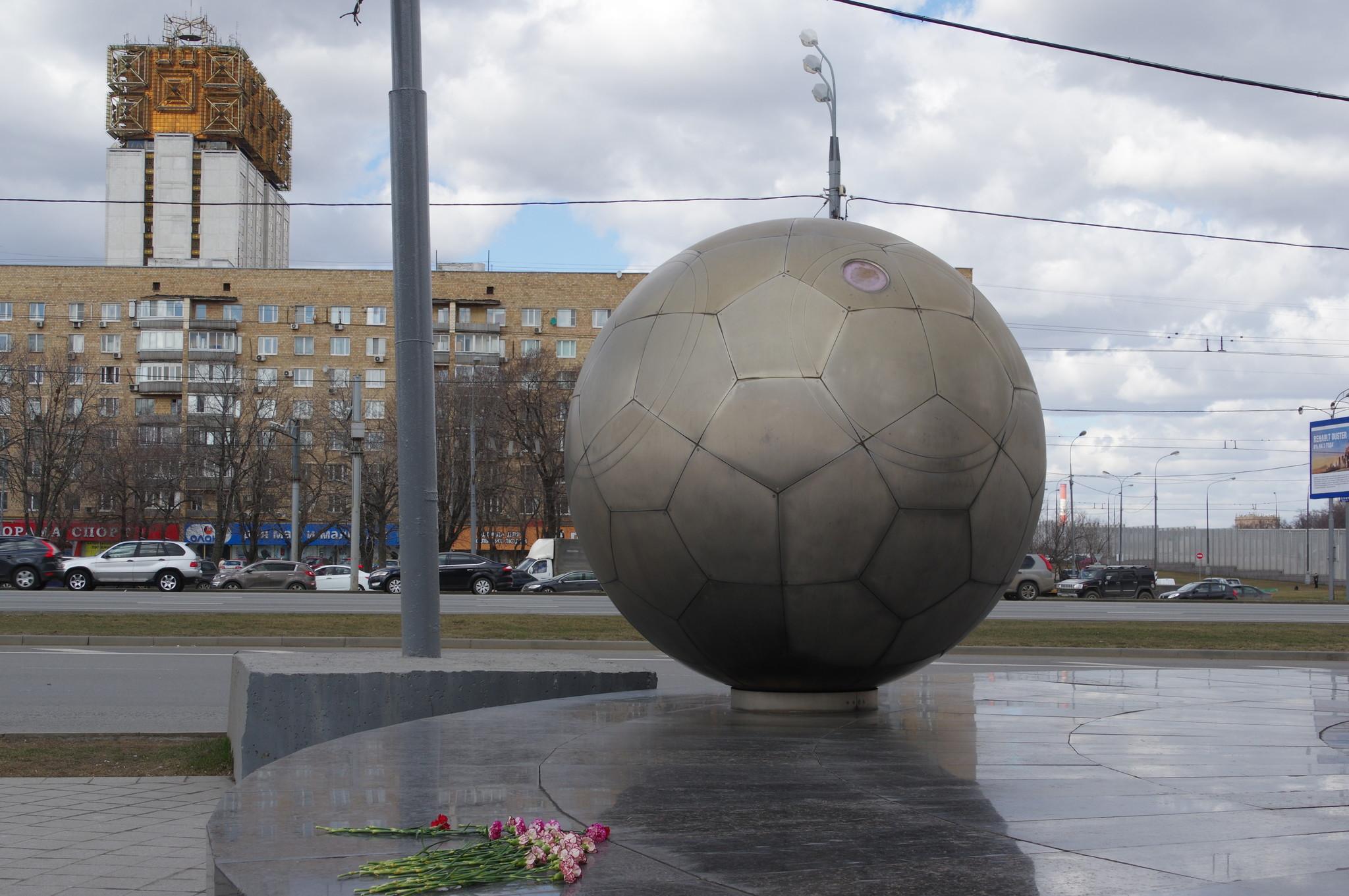 Копия спускаемого аппарата корабля «Восток» у подножия памятника Ю.А. Гагарину в Москве