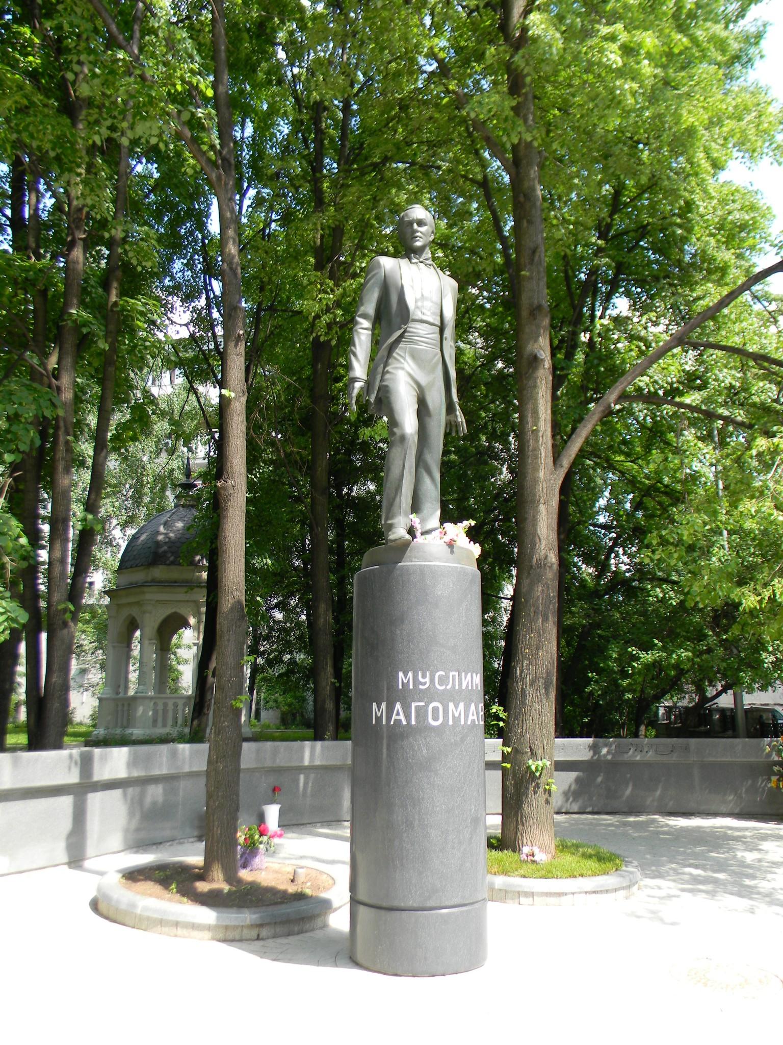 Памятник Муслиму Магомаеву в Москве находится на пересечении Вознесенского и Елисеевского переулков в Пресненском районе города