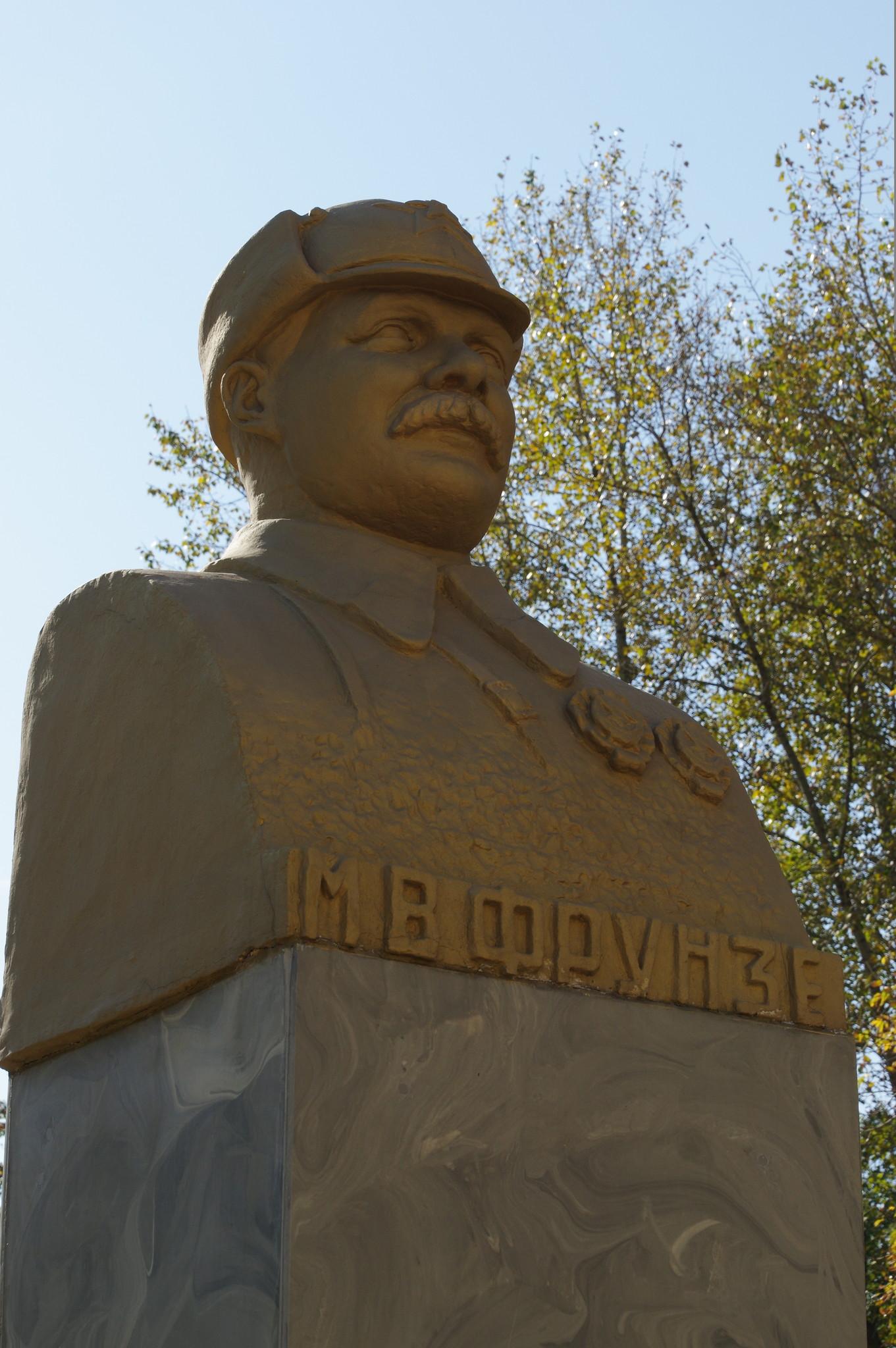 Памятник Михаилу Фрунзе в сквере Девичьего поля