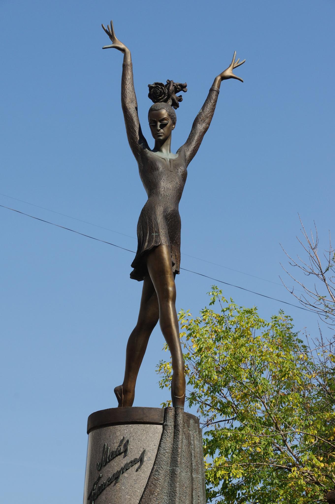 Памятник Майе Плисецкой в образе Кармен