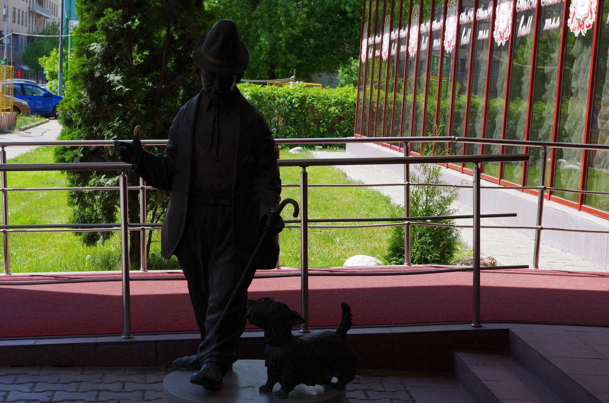 Памятник клоуну Карандашу и собаке Кляксе в Москве