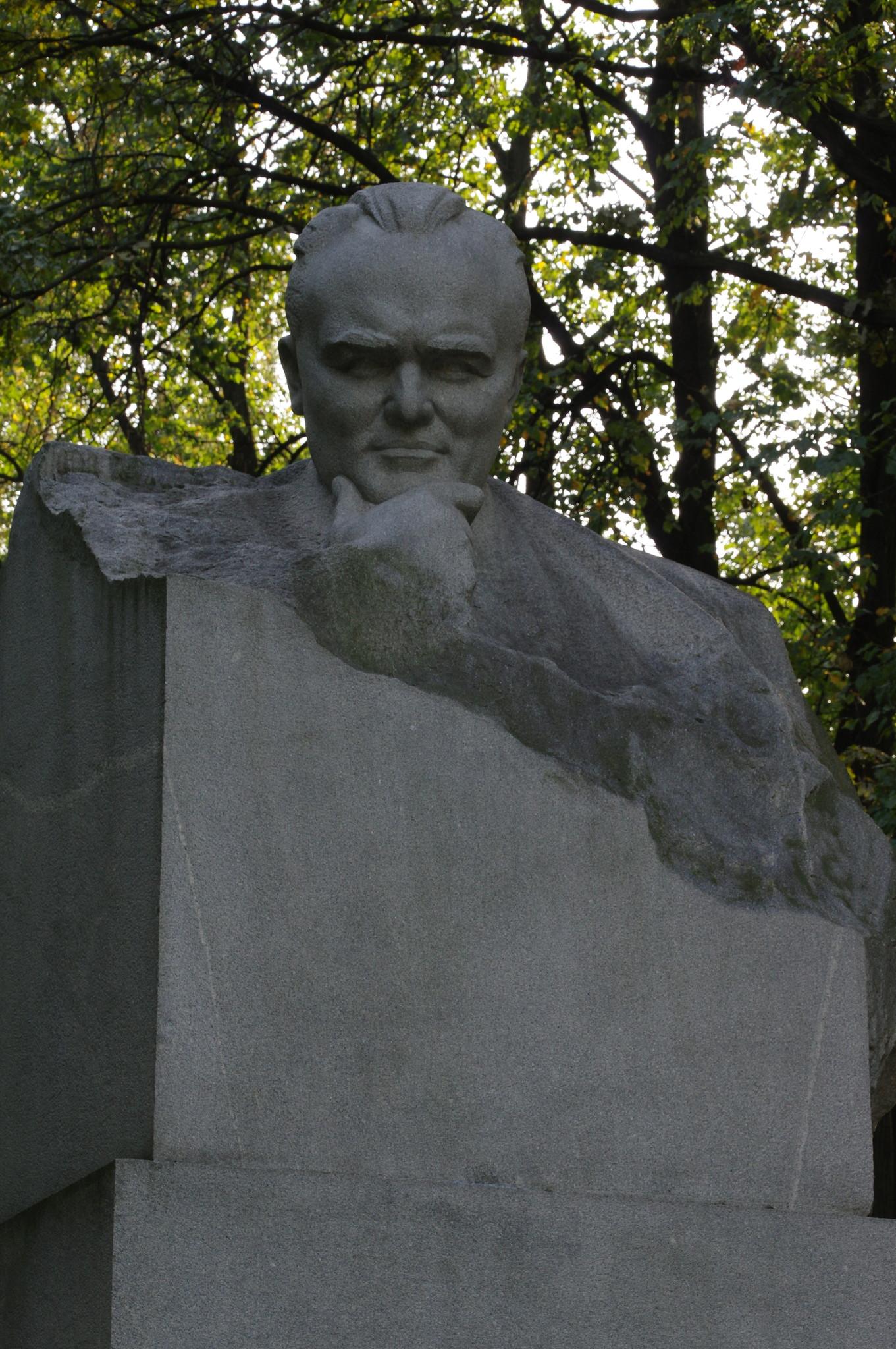 Бюст Сергея Королёва во дворе перед Мемориальным домом-музеем академика С.П. Королёва