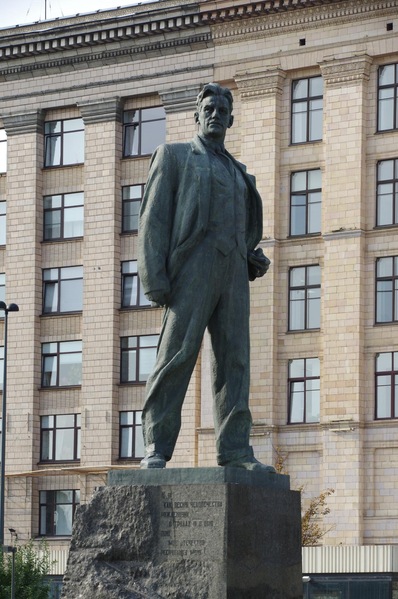 Памятник Владимиру Владимировичу Маяковскому на Триумфальной площади