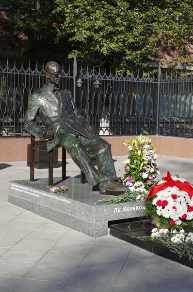 Памятник Ле Корбюзье в Москве у здания Центросоюза (Мясницкая улица, 39)