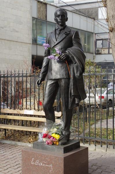 Памятник Евгению Вахтангову в сквере Театрального института имени Бориса Щукина