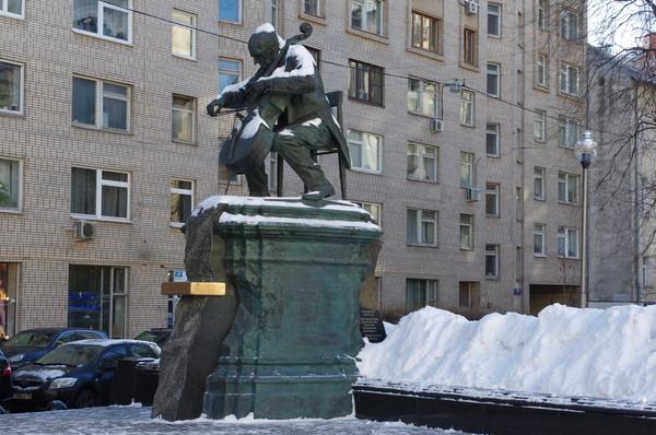 Памятник М.Л. Ростроповичу работы А.И. Рукавишникова в сквере Мстислава Ростроповича