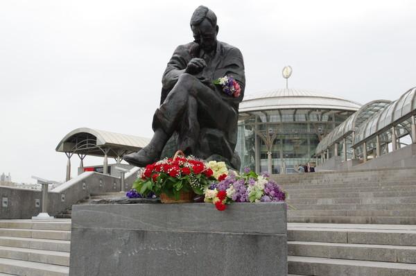 Памятник Д.Д. Шостаковичу перед зданием Московского международного Дома музыки