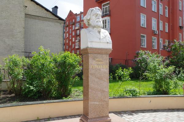 Памятник И.С. Тургеневу работы С.Т. Коненкова и Н.Ф. Косова находится во дворе библиотеки-читальни имени И.С. Тургенева