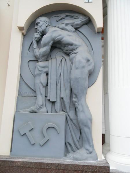 Барельеф-фигура «Рабочий» скульптора Матвея Генриховича Манизера на здании Петровского пассажа в Москве