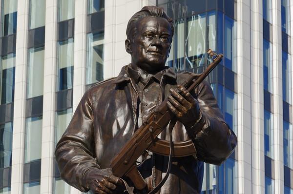 Памятник Михаилу Тимофеевичу Калашникову в сквере на пересечении улиц Садовая-Каретная и Долгоруковская