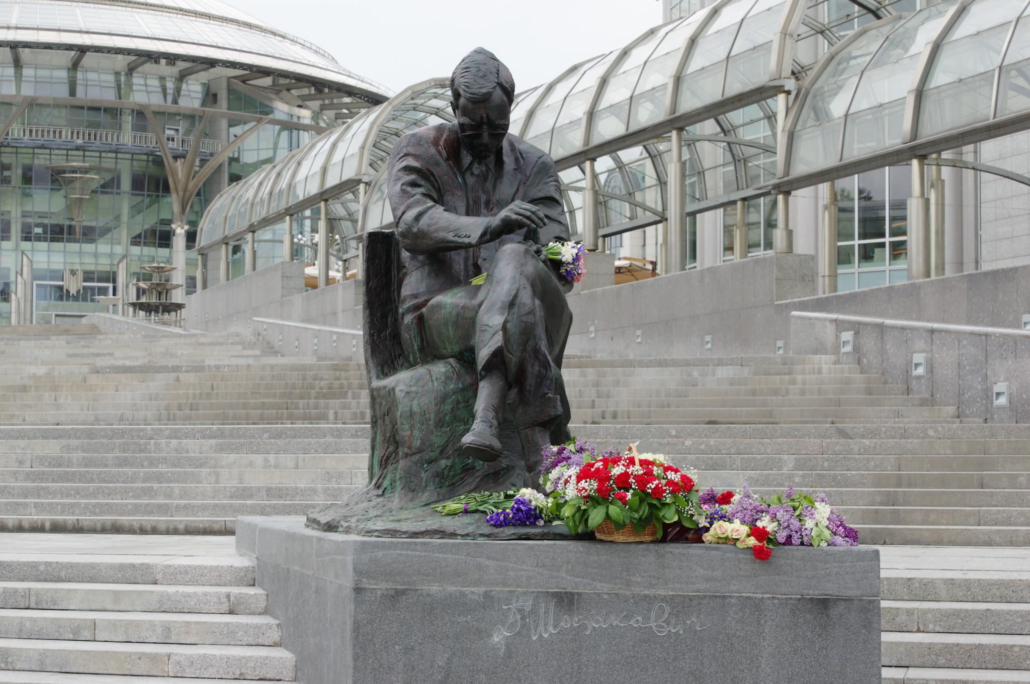 Памятник Дмитрию Шостаковичу перед зданием Московского международного Дома музыки