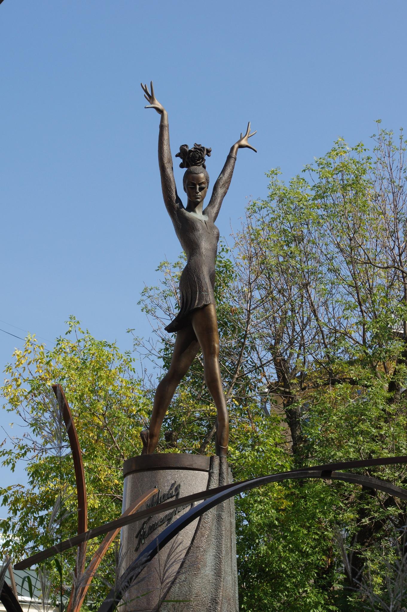 Памятник одной из величайших балерин XX века М.М. Плисецкой в сквере на Большой Дмитровке