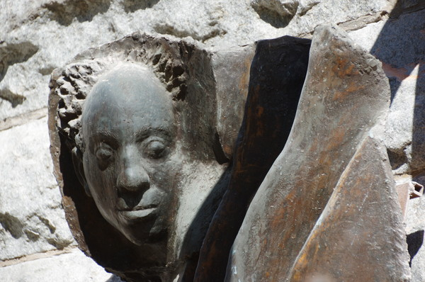 Мемориальная доска с портретом Соломона Михайловича Михоэлса работы скульптора Лазаря Гадаева (Малая Бронная улица, дом 4)