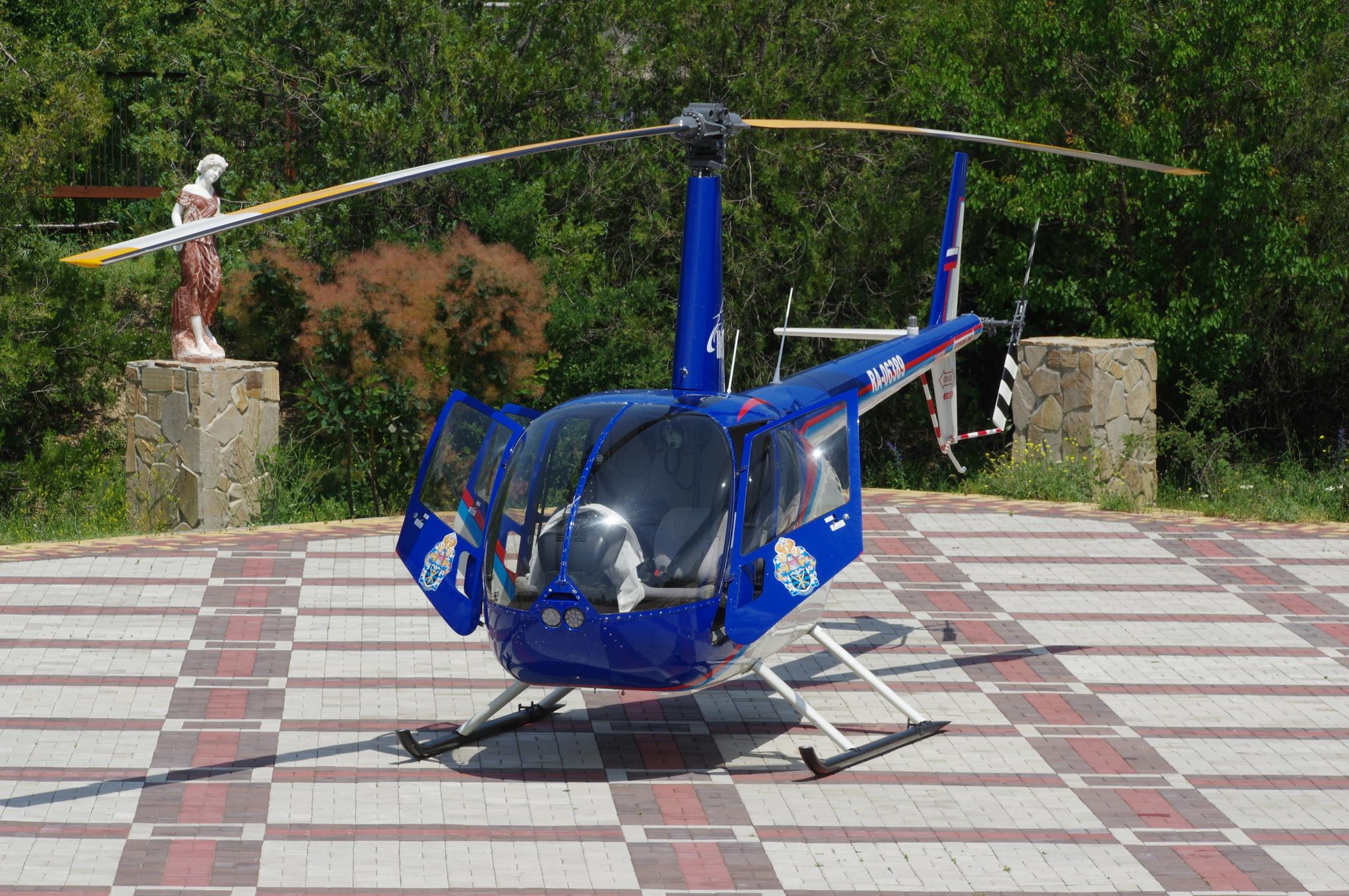 Лёгкий вертолёт Robinson R44 (RA-06389)