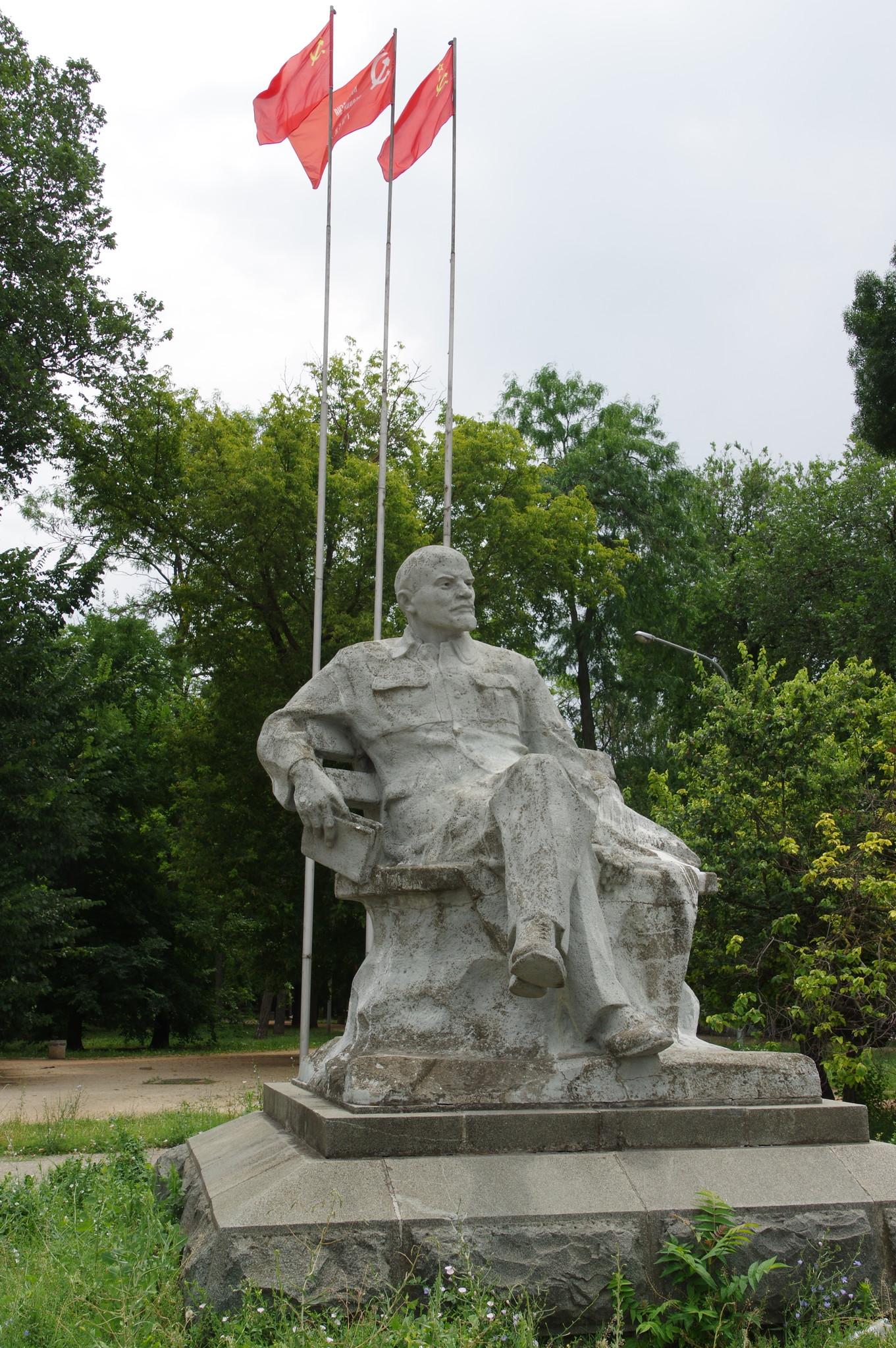 Памятник В.И. Ленину на привокзальной площади Симферополя