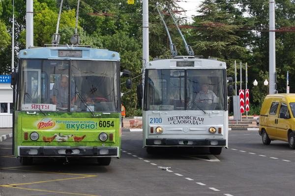 Троллейбусы Škoda 14Tr в Симферополе: № 6054 на маршруте 55 «Аэропорт Центральный - Ялта» и № 2100 на маршруте 9 «Аэропорт Центральный — 7-я горбольница»