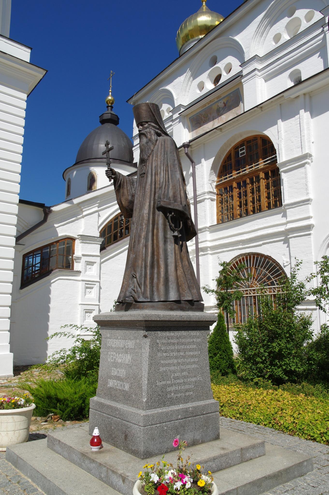 Памятник священномученику Серафиму, епископу Дмитровскому у стен собора Успения Пресвятой Богородицы