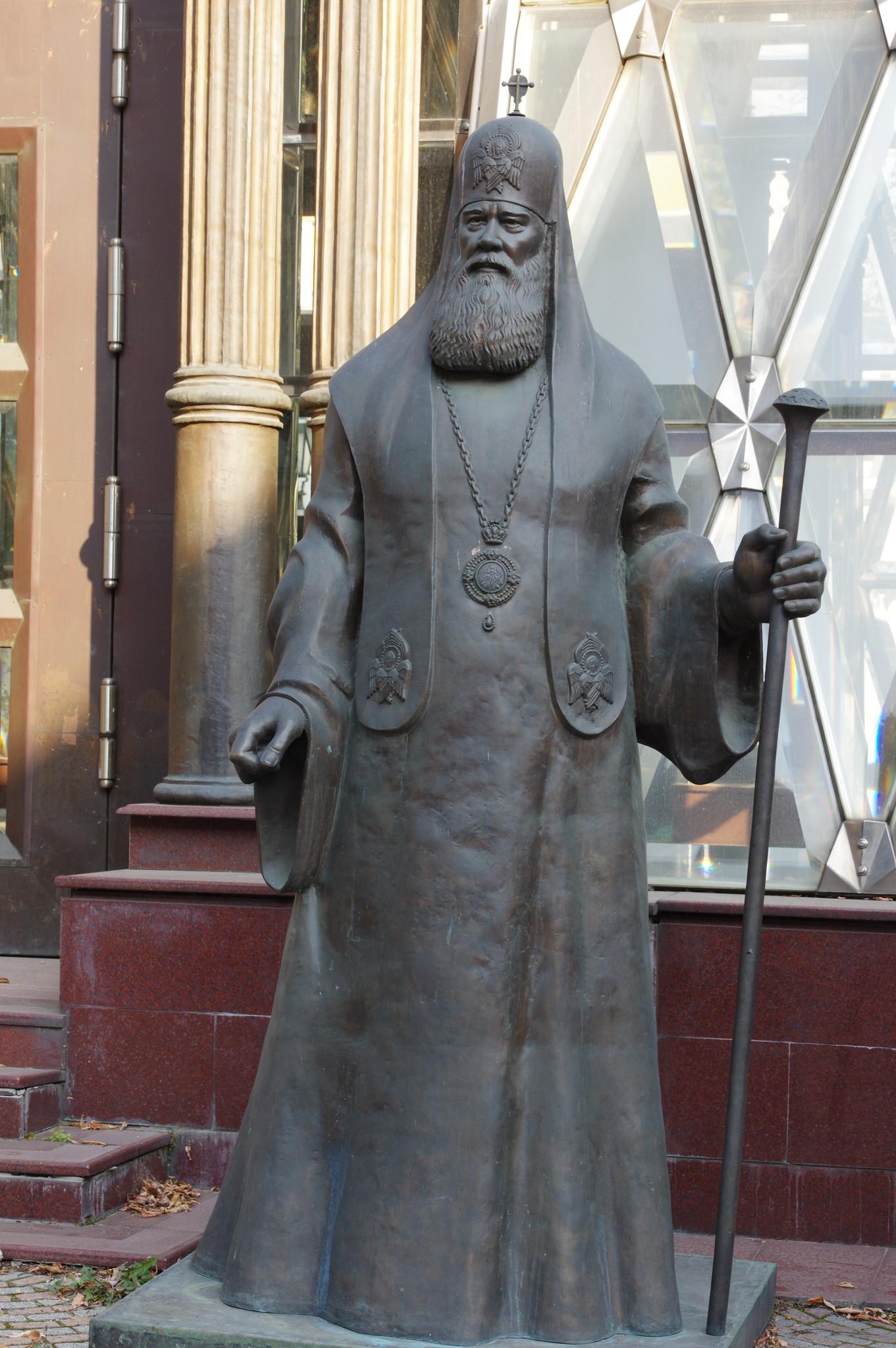 Скульптура патриарха Московского и всея Руси Алексия II у часовни Александра Невского (Хрустальной часовни) в Москве