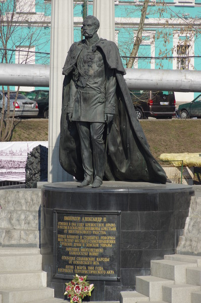 Памятник Александру II у Храма Христа Спасителя