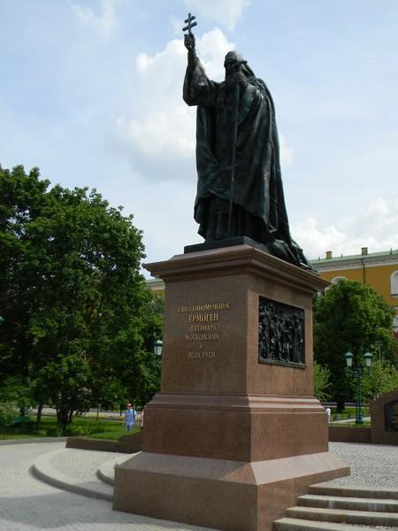 Памятник священномученику Ермогену, патриарху Московскому и всея России, в Александровском саду у стен Московского Кремля