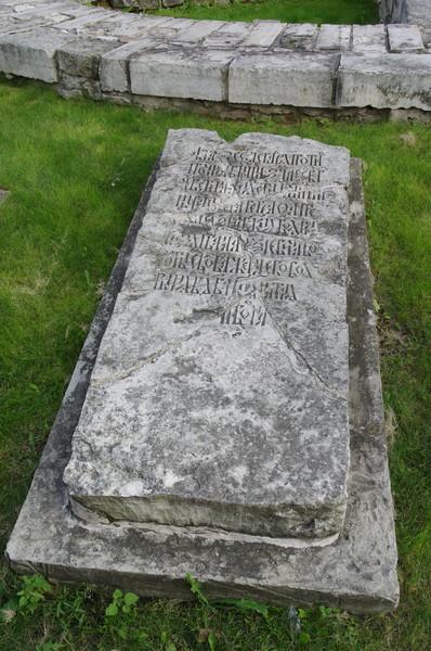 Белокаменное основание церкви св. Троицы «На Старых полях». Фрагмент надгробия на древнем кладбище