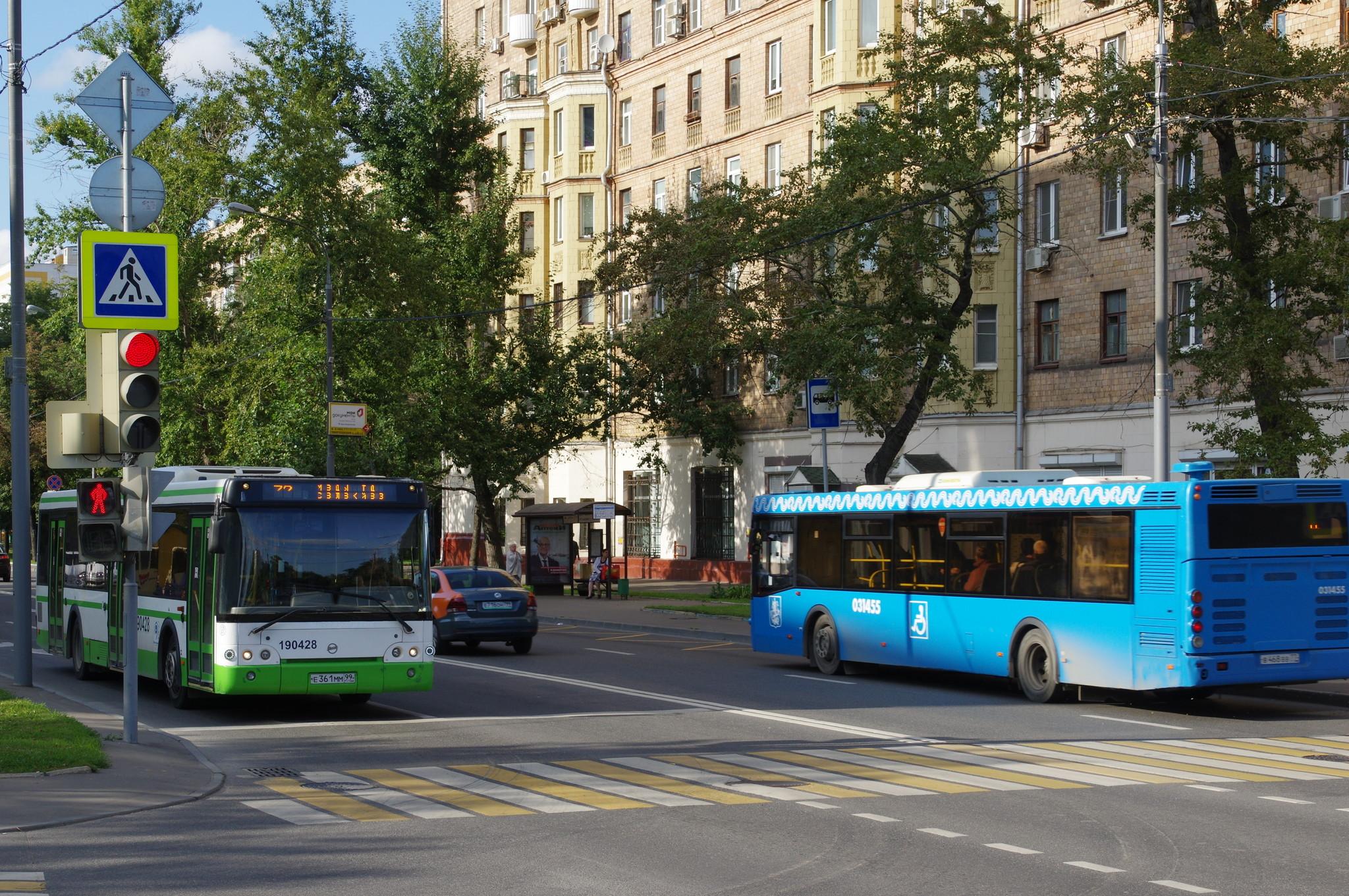 Автобус ЛиАЗ № 190428, госномер:Е 361 ММ 99 и автобус ЛиАЗ-5292.22 № 031455, госномер: В 468 ВВ 77 на Тимирязевской улице