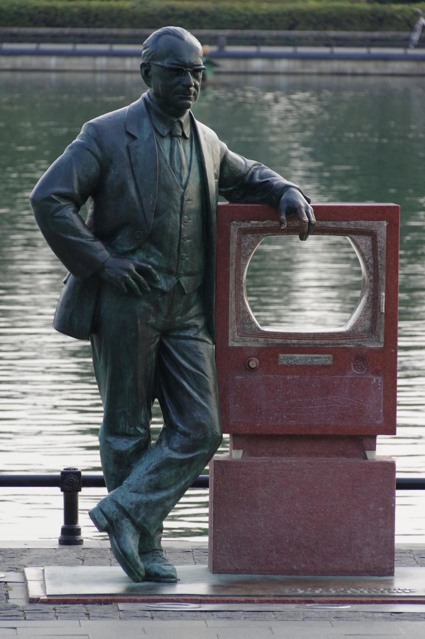 Памятник изобретателю телевидения Владимиру Зворыкину на берегу Останкинского пруда