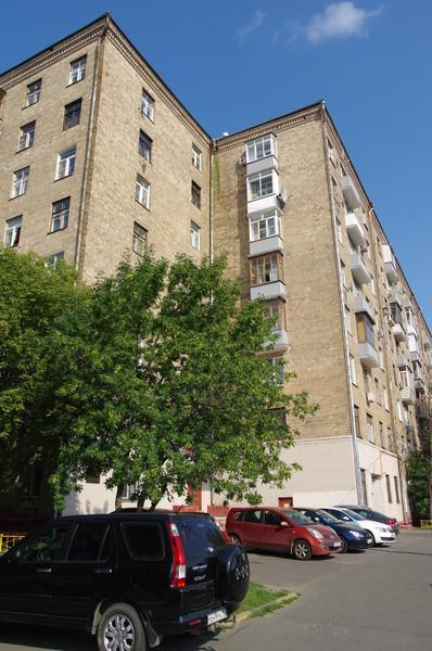 В 1961 году Станислав Ростоцкий получил квартиру в 8-этажном кирпичном доме