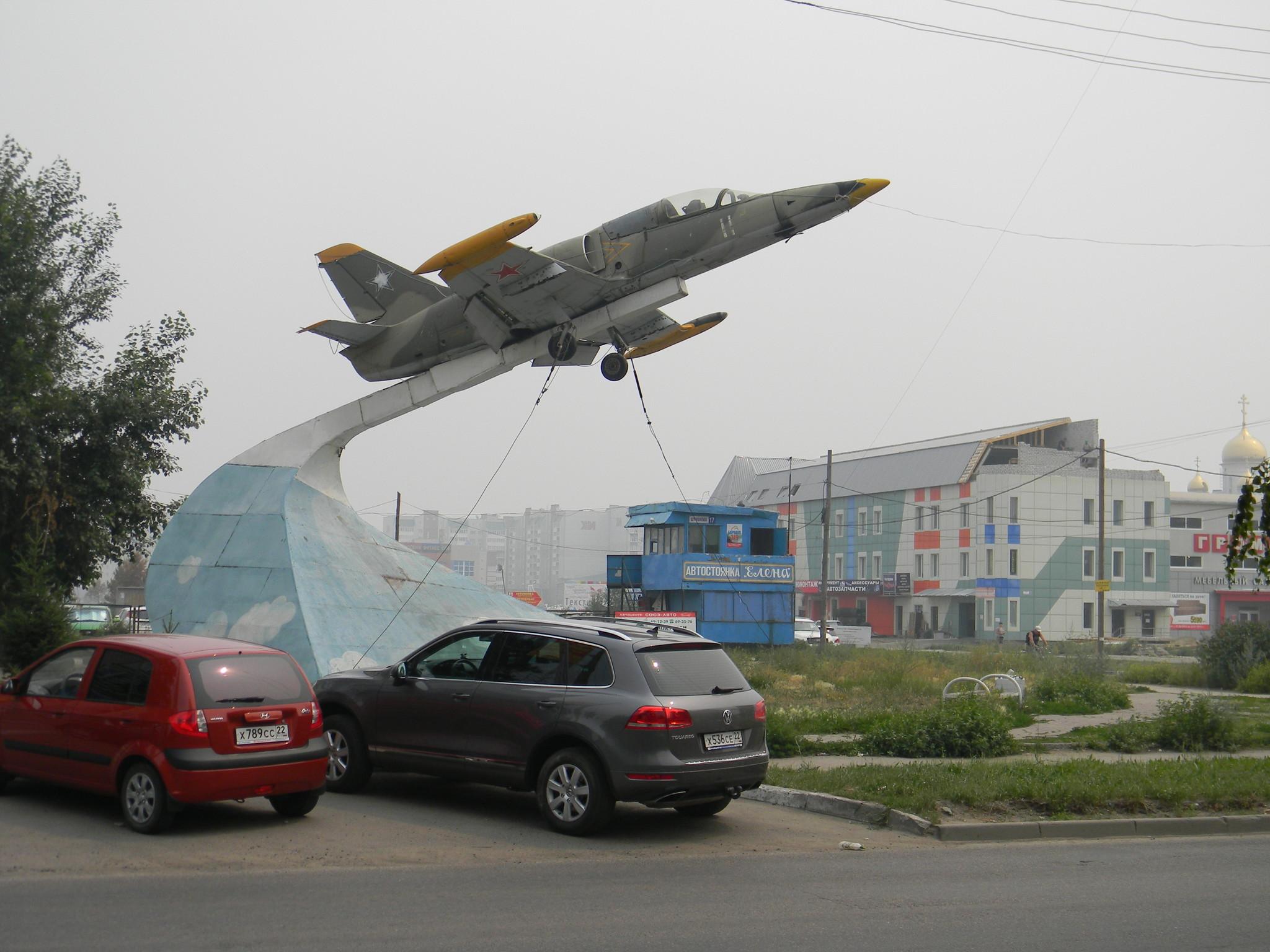 Реактивный учебно-боевой самолёт Л-39 «Альбатрос» на пересечении улиц Взлётной и Шумакова