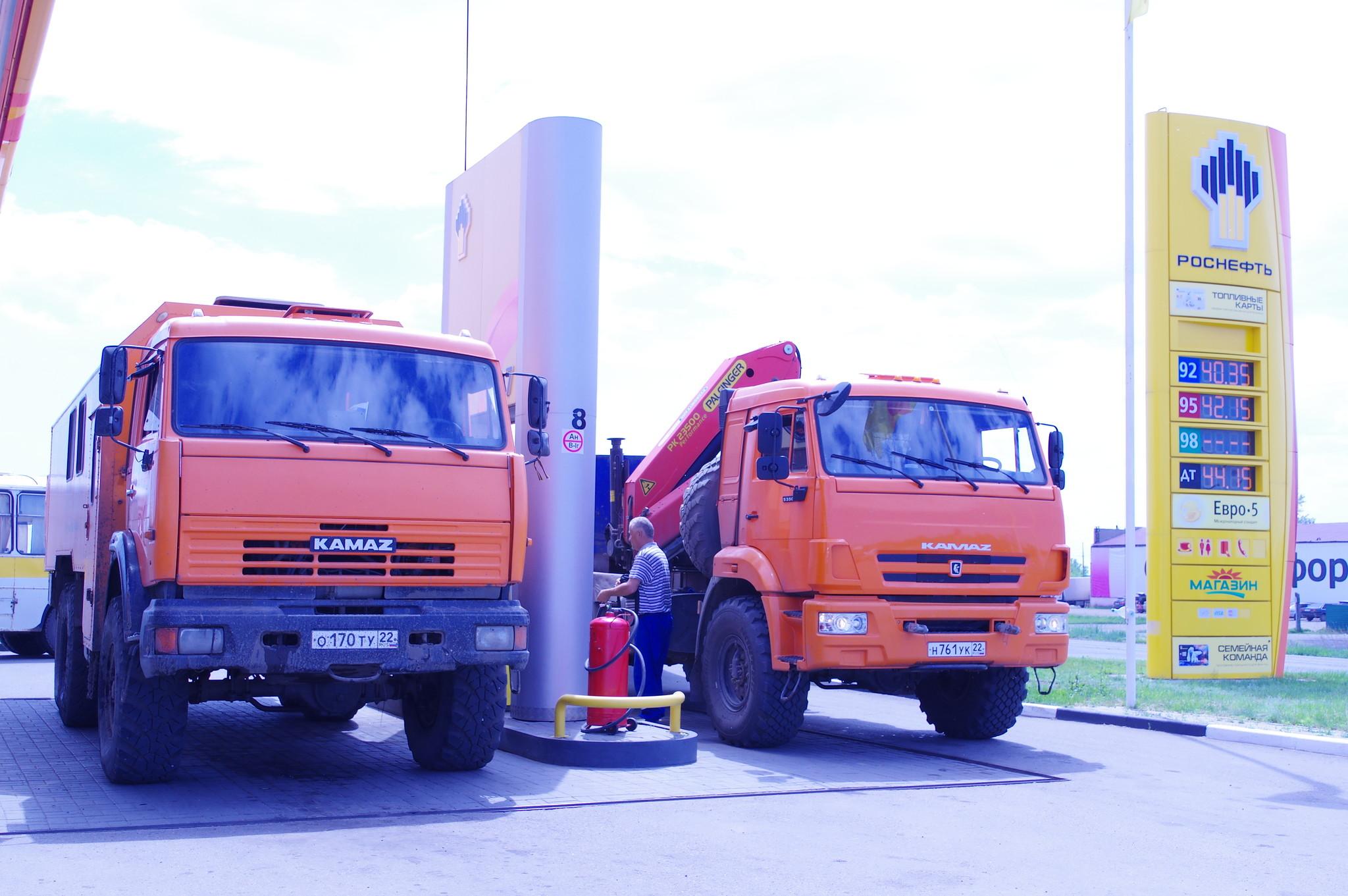 Автомобили КАМАЗ на АЗС Роснефть (п. Благовещенка, Алтайский край)