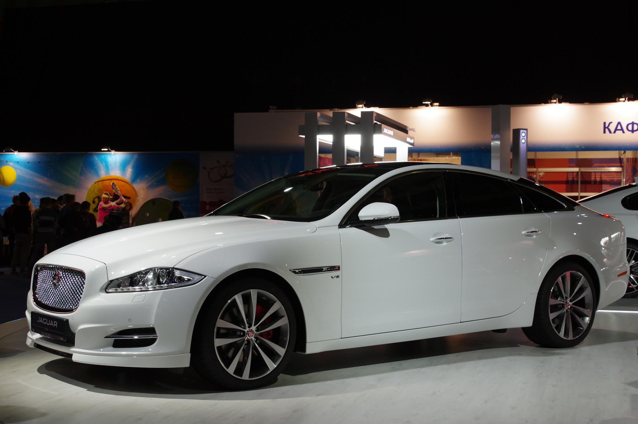Представительский седан «Ягуар XJ» (Jaguar XJ) в спорткомплексе «Олимпийский»