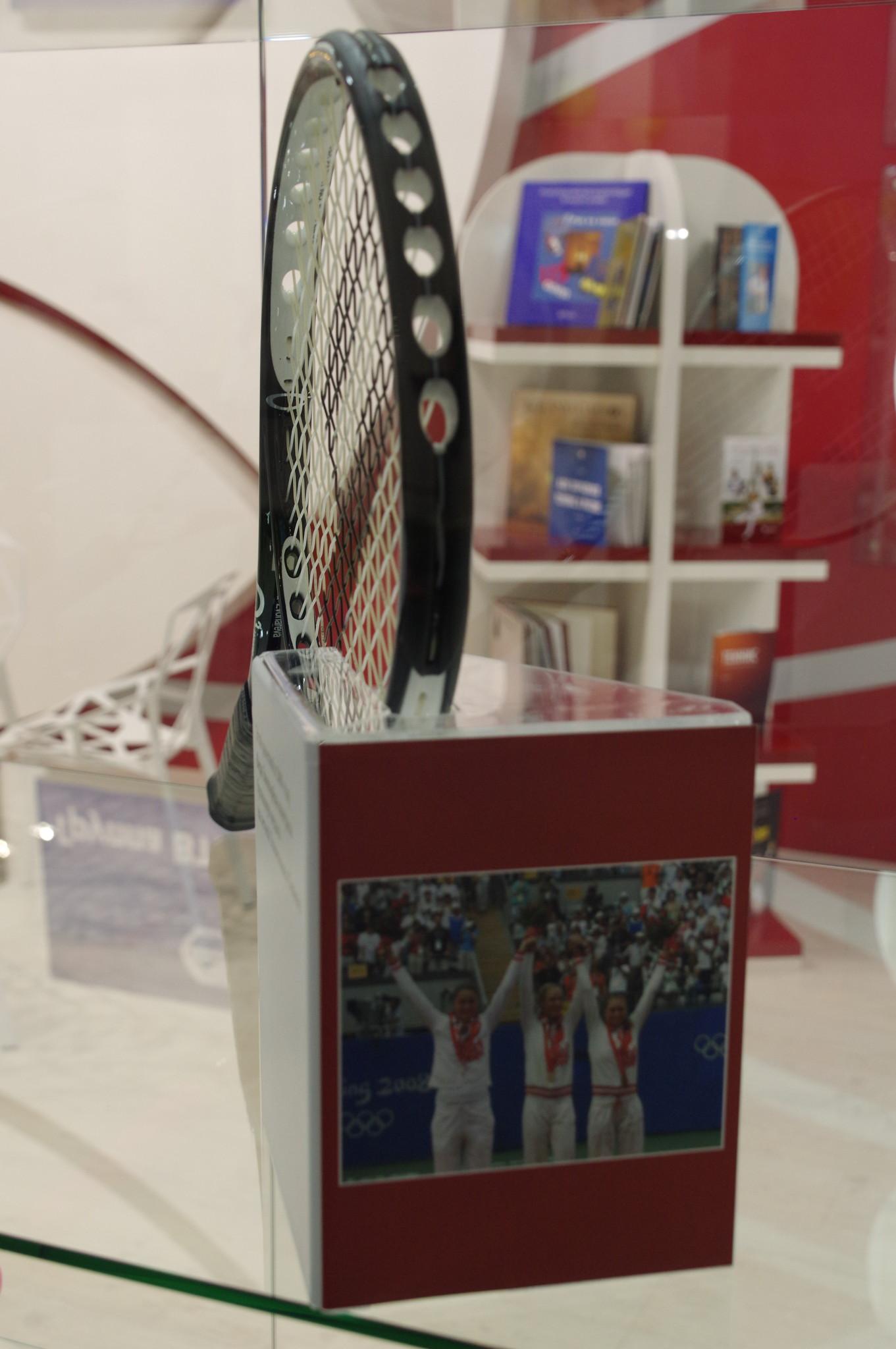 Этой ракеткой в 2008 году Вера Звонарёва выиграла бронзовую медаль на летней Олимпиаде в Пекине
