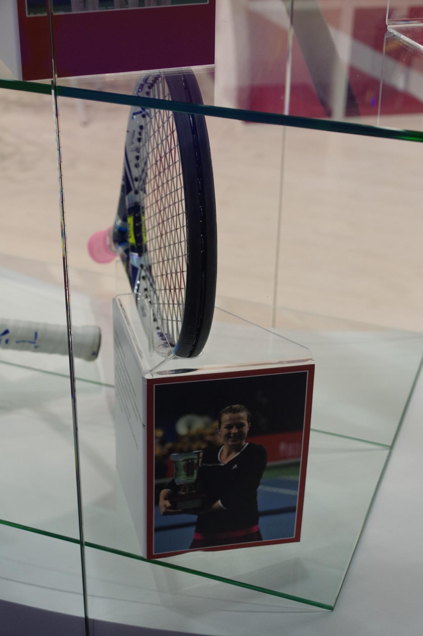 Этой ракеткой Анастасия Павлюченкова одержала победу в финальном матче юбилейного двадцать пятого Международного теннисного турнира «Банк Москвы Кубок Кремля» 2014 года