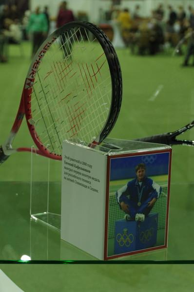 Этой ракеткой в 2000 году Евгений Кафельников выиграл первую золотую медаль для российского тенниса на летней Олимпиаде в Сиднее