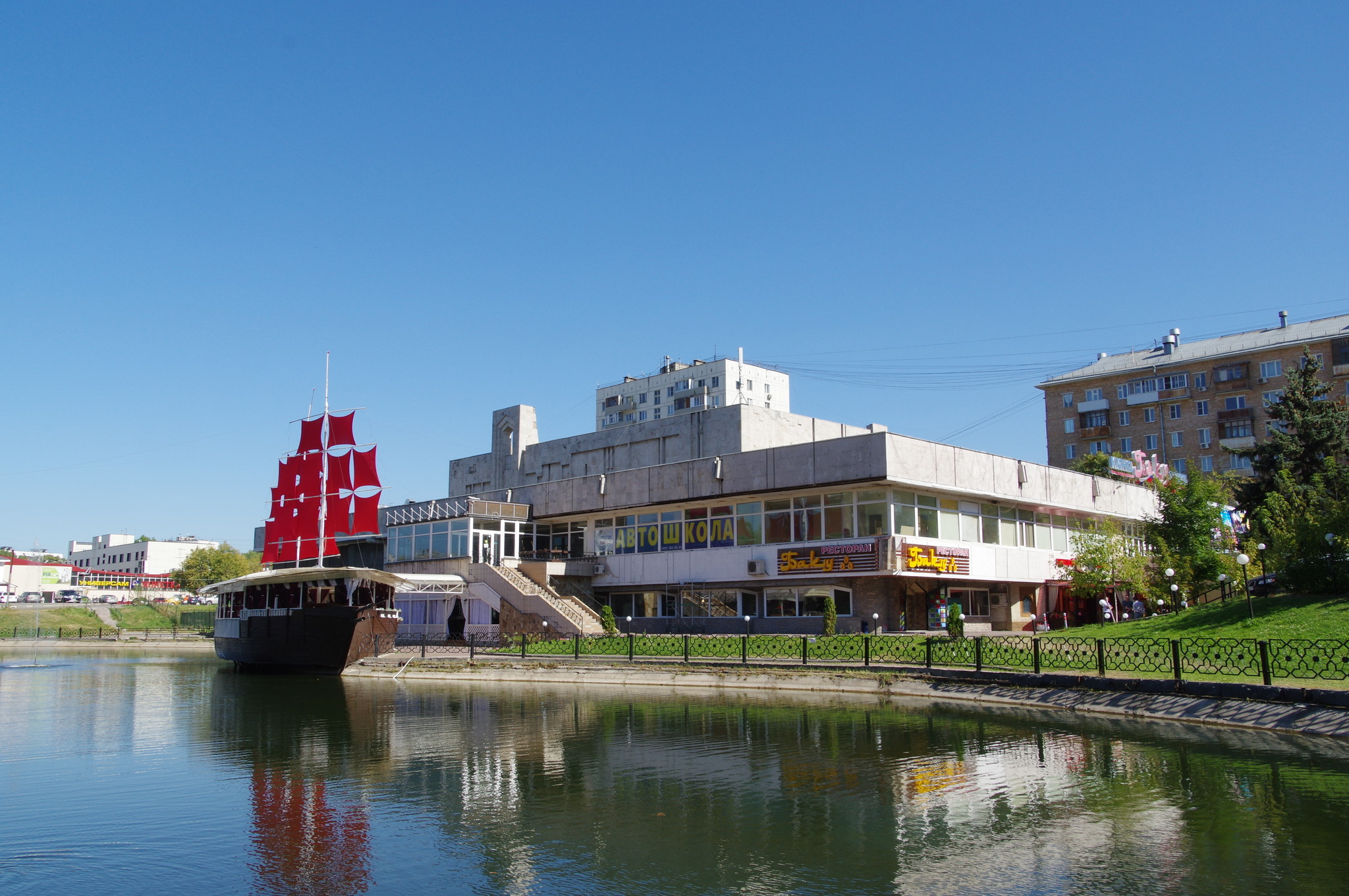 Кинотеатр «Баку» со стороны Амбулаторного пруда