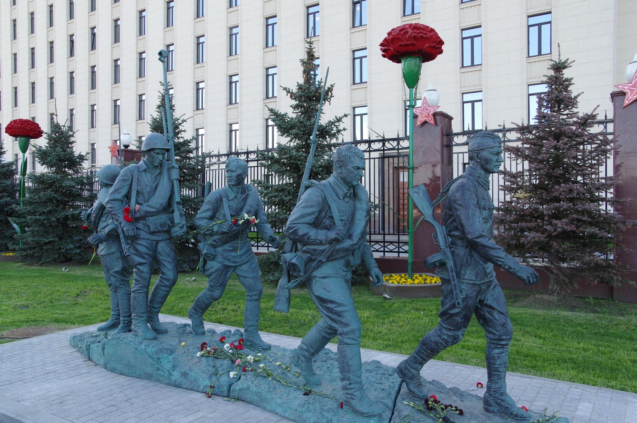 Памятник героям фильма «Они сражались за Родину» на Фрунзенской набережной