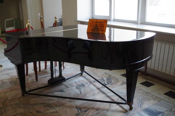 Рояль BLUTHNER изготовлен в 1912 г. Куплен за 1500 рублей и установлен в кинозале «Художественного» в 1912 году