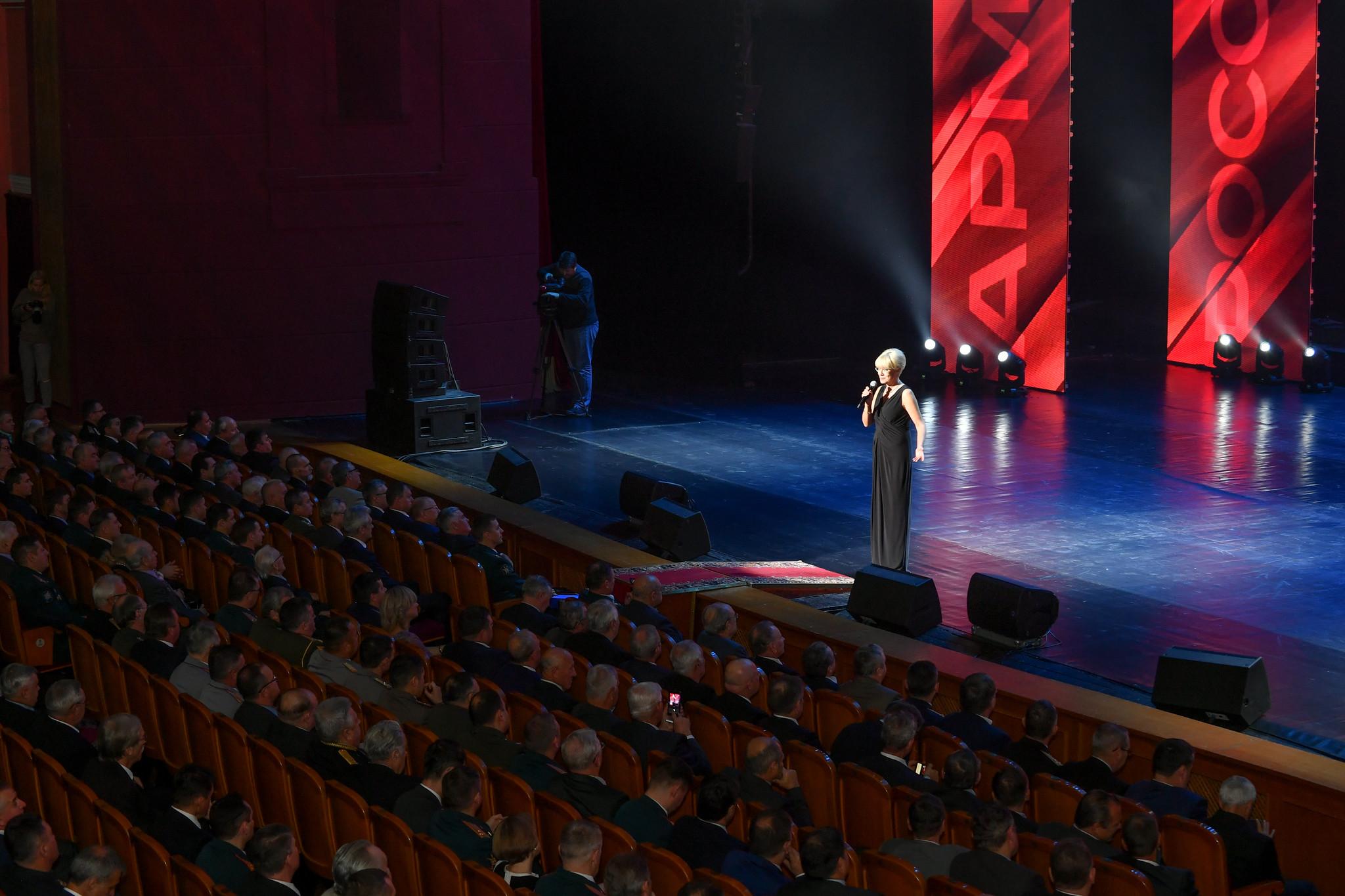 Илона Броневицкая на сцене Театра Российской армии