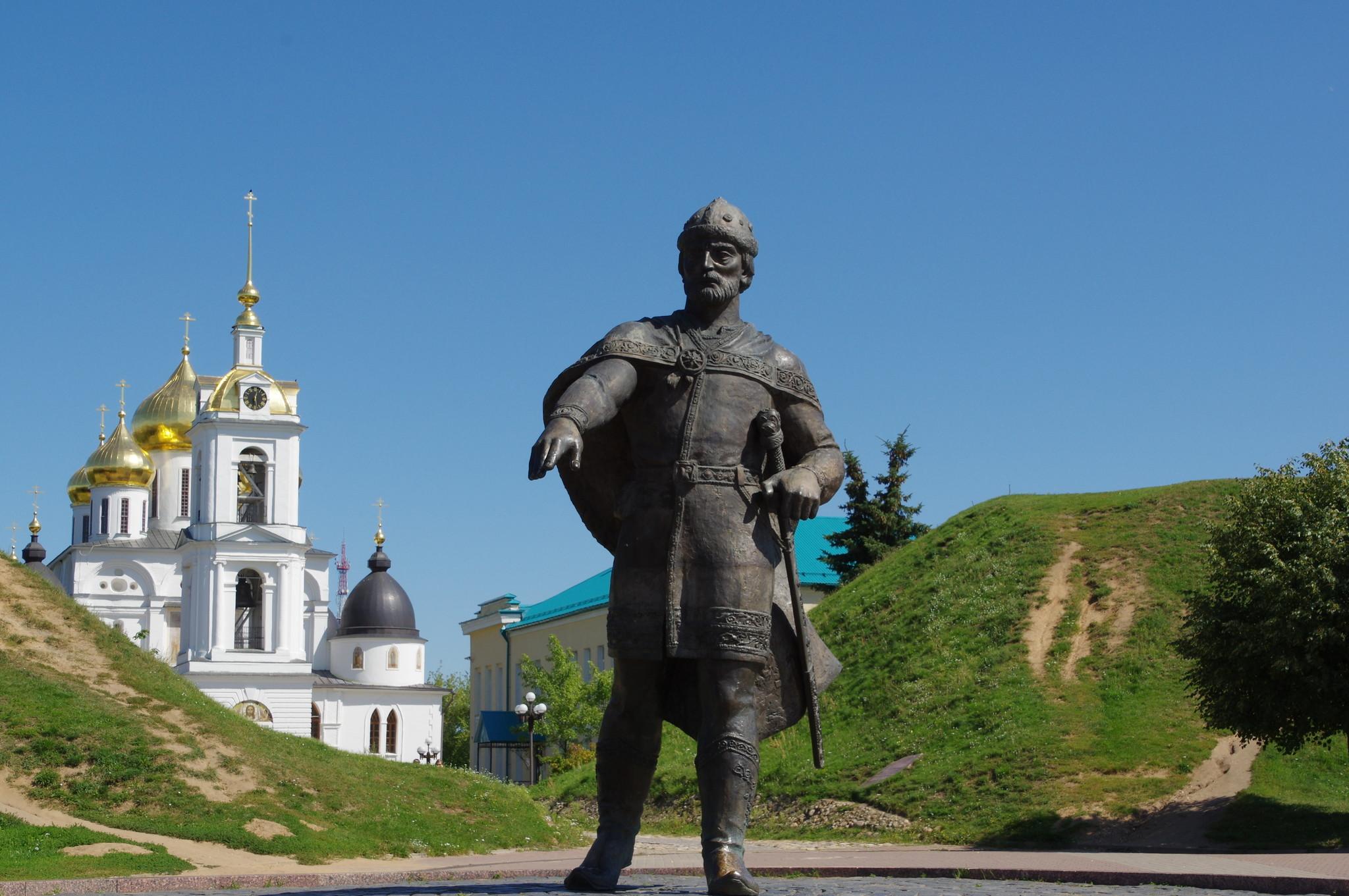 Памятник Юрию Долгорукому (2001, скульптор В.М. Церковников) у южного входа в Кремль города Дмитрова