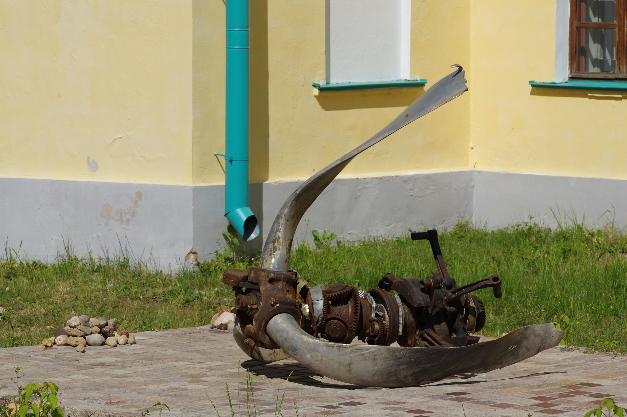 Самолётный двигатель в Дмитровском кремле