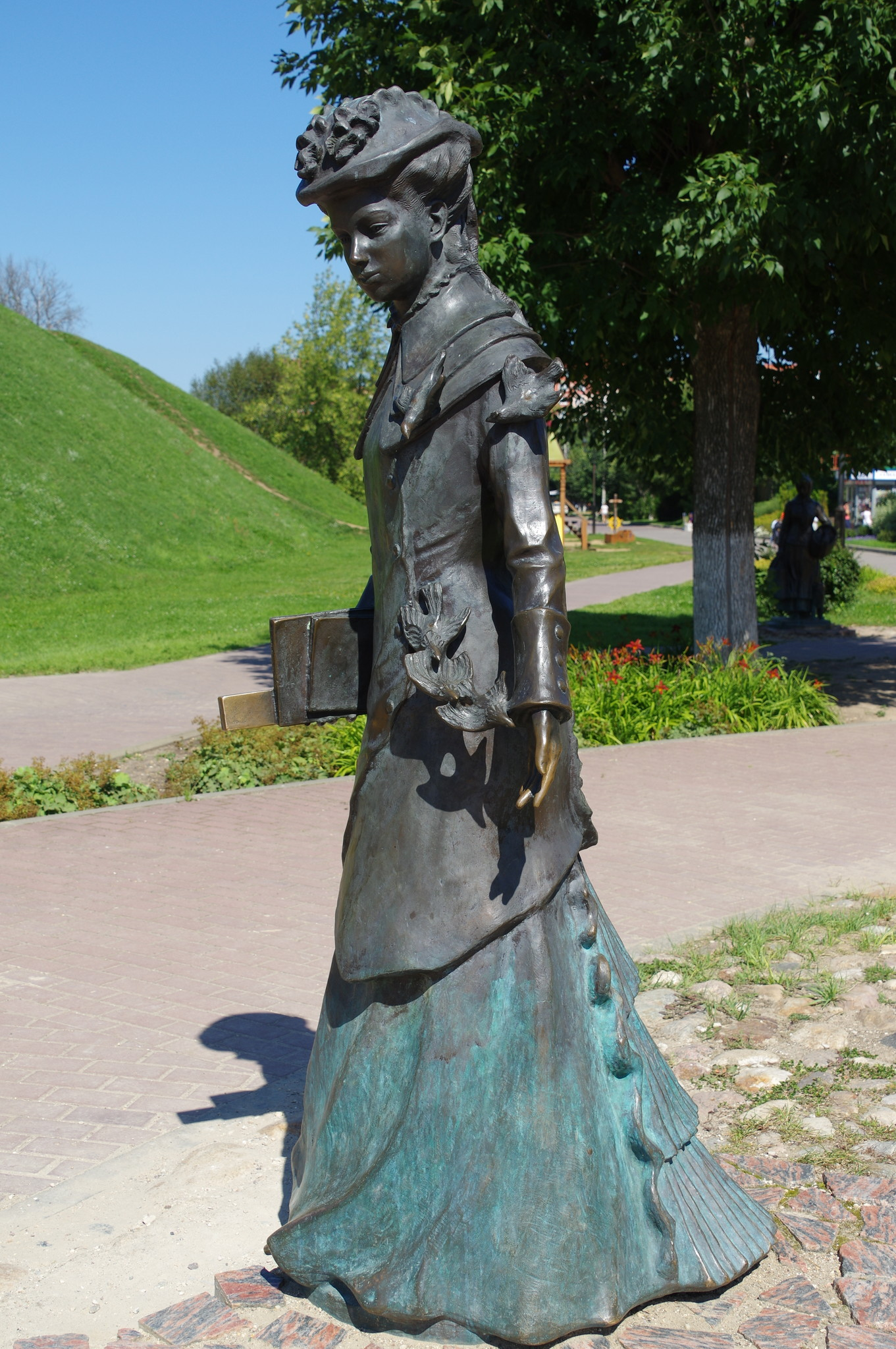 Скульптура «Учительница» в Дмитрове