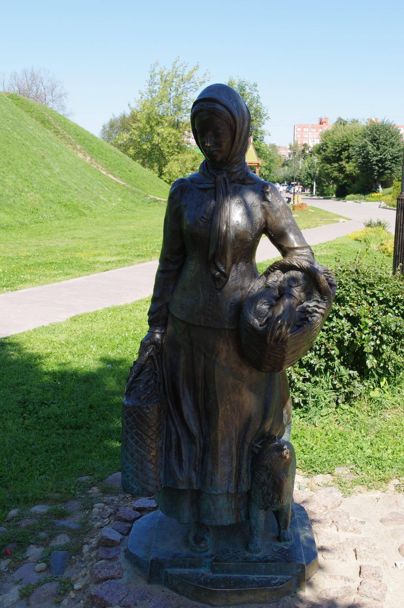Скульптура «Огородница с котом» в Дмитрове